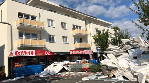 Von einem Mehrfamilienhaus in der Langgasse in Mörfelden-Walldorf (Groß-Gerau) flog während des Unwetters am Sonntag die Dämmung des Flachdachs auf den davor liegenden Parkplatz