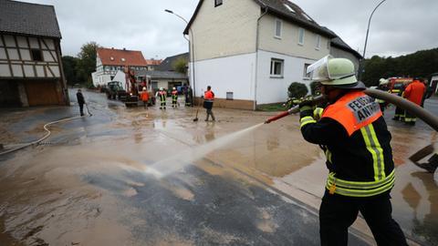 In Antrifttal kämpfen Feuerwehr und Freiwillige gegen die Schlammmassen