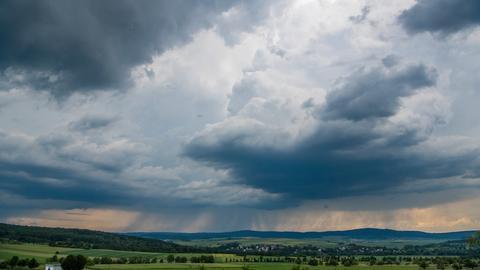 Dunkle Wolken hängen über den Ausläufern des Taunus bei Ober-Mörlen.