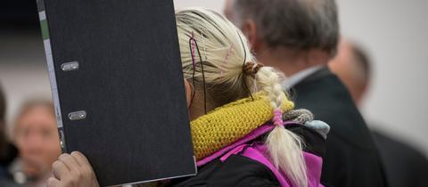 Die Angeklagte vor dem Landgericht Hanau.