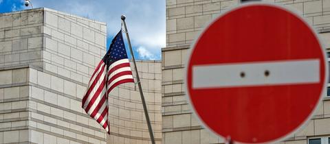"""Die US-Flagge weht neben einem """"kein Durchgang""""-Verkehrsschild"""