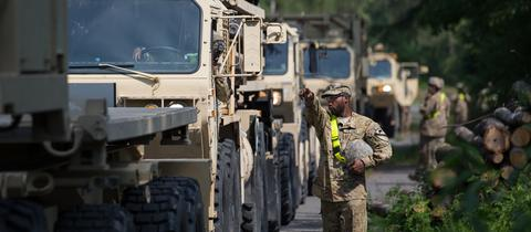 Militärfahrzeuge, die durch Deutschland fahren
