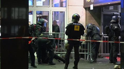 Polizisten in der Silvesternacht am Frankfurter Club Velvet.