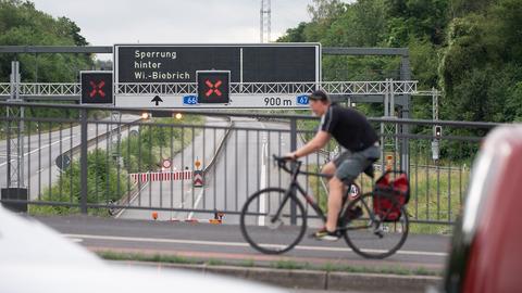 Nach der Sperrung der Salzbachtalbrücke über die A66: Ein Fahrradfahrer im Berufsverkehr.