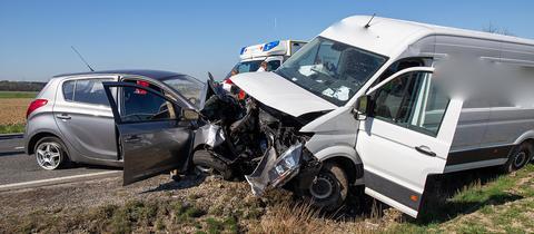 Die Unfallstelle bei Dipperz: In dem Kleinwagen starb eine 78-Jährige