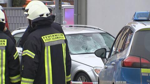Krankenwagen stehen vor einem demolierten Mercedes. Dieser fuhr in den Rosenmontagszug im nordhessischen Volkmarsen.