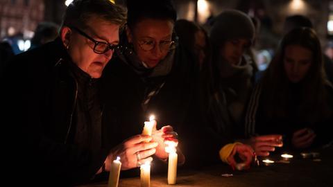Eine Frau zündet in Volkmarsen eine Kerze an in Erinnerung an die Attacke.
