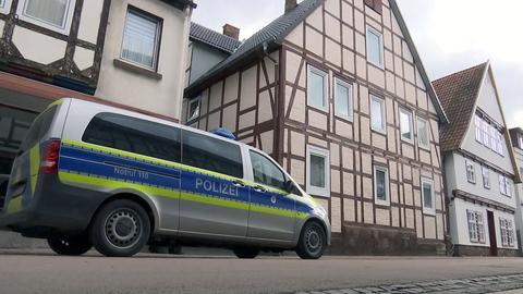 Polizeiauto vor Haus in Volkmarsen