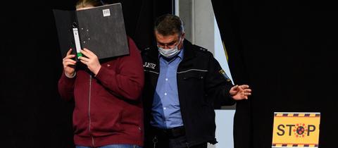 Der Angeklagte von Volkmarsen, Maurice P., beim Prozessauftakt vor dem Landgericht Kassel