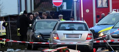 Auto des Mannes, der in eine Menschenmenge fuhr, am Tatort in Volksmarsen