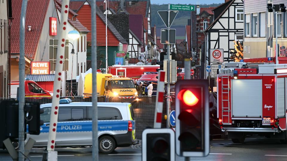 Einsatz- und Rettungswagen am Tag danach am Tatort in Volksmarsen