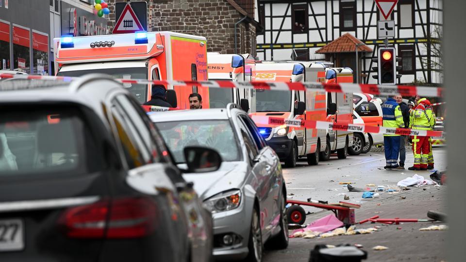 Rettungsfahrzeuge und Täterauto am Tatort in Volkmarsen