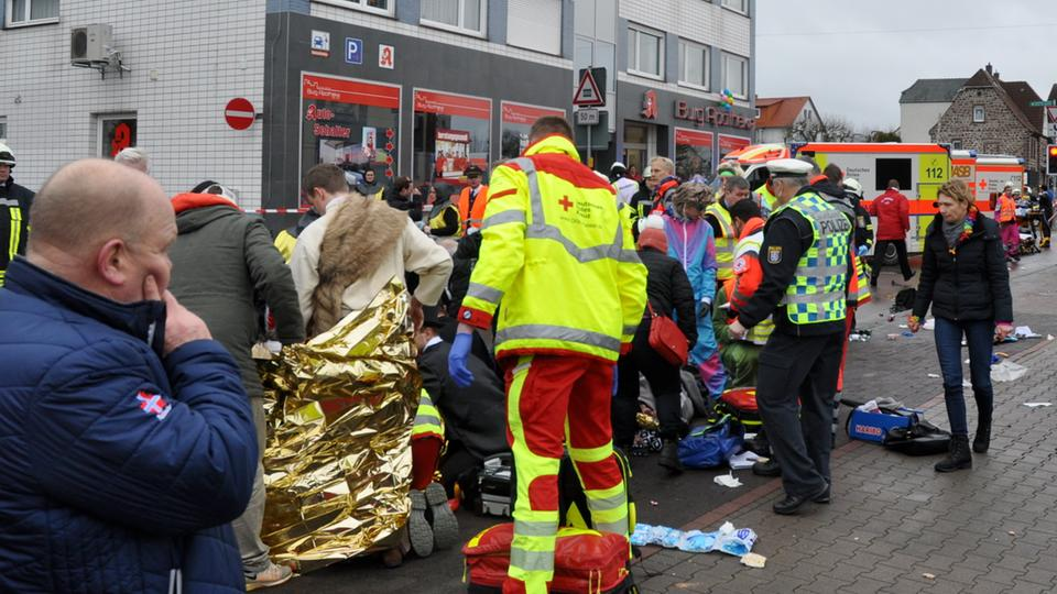 """+++ Auto rast in Volkmarsen in Rosenmontagszug: 30 Verletzte +++ Ein Drittel der Opfer Kinder +++ Merkel """"bestürzt"""" +++"""