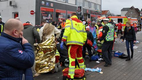 Rettungskräfte kümmern sich um Verletzte, nachdem ein Auto in einen Karnevalsumzug gefahren war.