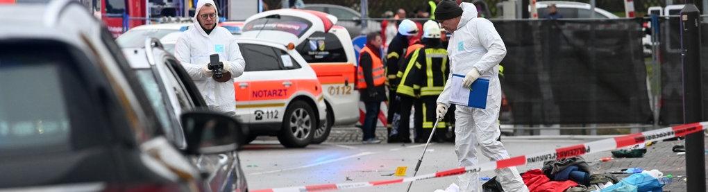 Einsatzkräfte nehmen in Volkmarsen Spuren auf.