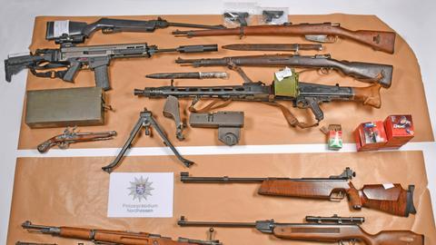 Waffen liegen ausgebreitet da