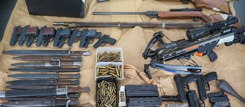 Ein Teil der sichergestellten Waffen und Munition