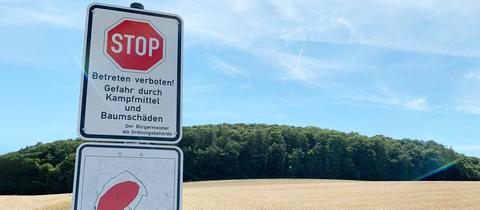 Ein Schild warnt vor dem Betreten des Rauschenbergs wegen Blindgängern und  Baumschäden