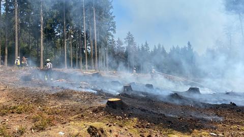 Mehrere Feuerwehrteams aus dem Hochtaunuskreis waren im Einsatz, um die Flammen zu löschen.
