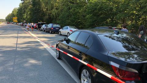 Parkende Autos auf der Bundesstraße - am Langener Waldsee business as usual.