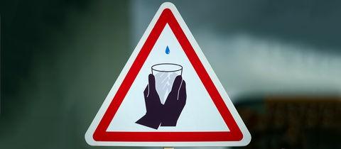 Ein symbolisches Schild, welches das Thema Wasserknappheit illustrieren soll.