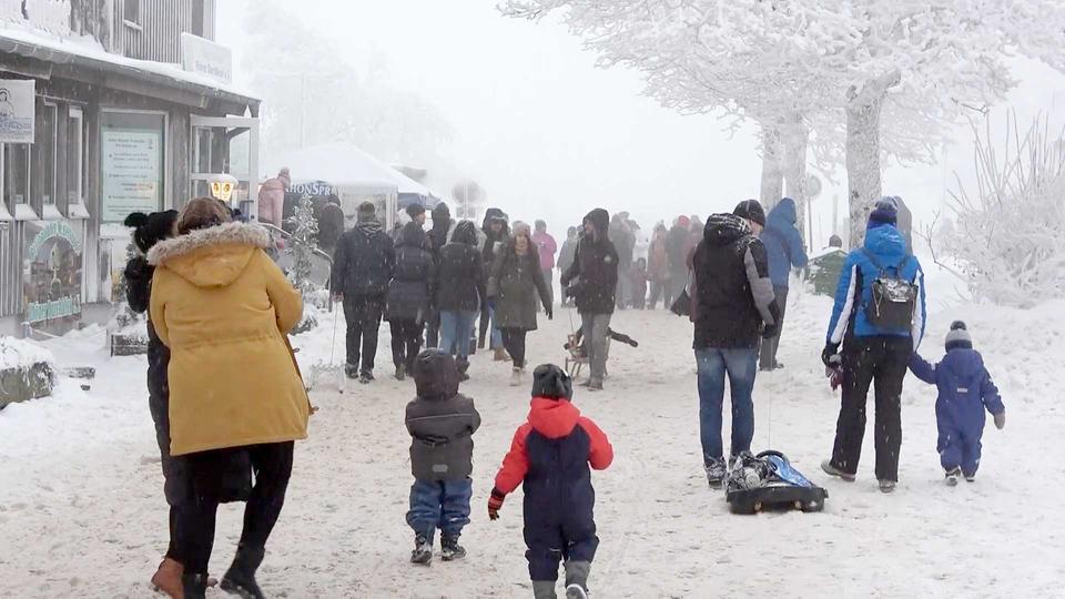 """Das Foto zeigt sehr viele Menschen - dicht beieinander und ohne Maske - in der Schneelandschaft der """"Wasserkuppe""""."""