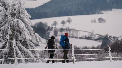 Zwei Winterausflügler, die am Samstag unterhalb des Gipfels der Wasserkuppe wanderten