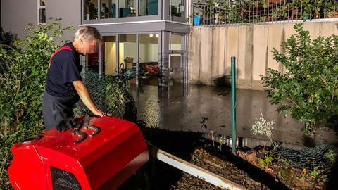 Die Feuerwehr in Wiesbaden pumpt das bis in die Wohnungen stehende Wasser ab.