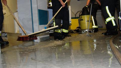 Einsatzkräfte der Feuerwehr bekämpfen den Wasserschaden in den Dill-Kliniken Dillenburg