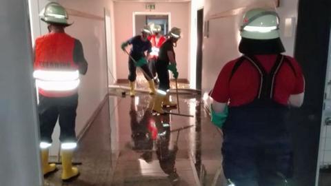 Einsatzkräfte der Feuerwehr beseitigen den Wasserschaden in der Vitos Klinik Gießen.