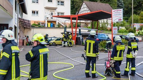Feuerwehr sichert eine Autowerkstatt in Schlangenbad wegen Explosionsgefahr, nachdem ein Auto mit Wasserstoffperoxid betankt worden ist