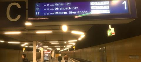"""Anzeigetafel mit Meldungen """"Zug fälllt aus"""" an S-Bahn-Station Frankfurt-Mühlberg am Neujahrsmorgen"""