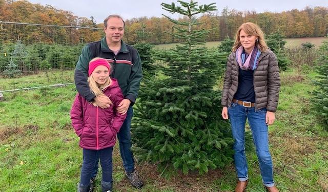 Dirk und Iris Hill mit Tochter Sara vor dem ersten Weihnachtsbaum der Saison