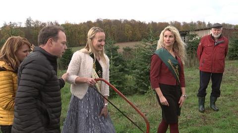 Züchter Hill mit den beiden Weihnachtsbaum-Königinnen