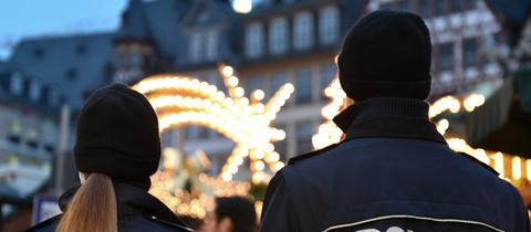 Polizisten zeigen bei der Eröffnung des Frankfurter Weihnachtsmarkts Präsenz.