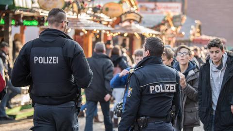 Polizisten auf dem Weihnachtsmarkt.
