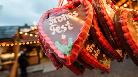 """Lebkuchenherzen mit Aufschrift: """"Frohes Fest"""""""