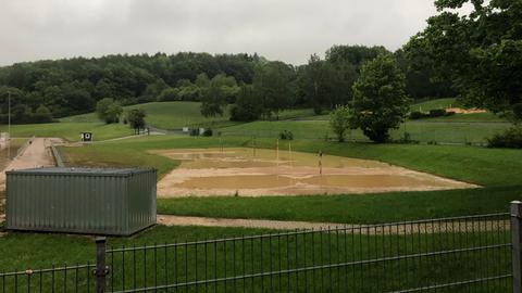 Ein überschwemmter Sportplatz in Weilburg.