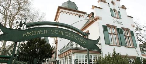 """Eine Villa mit einem Eintrittsportal auf dem """"Kronen-Schlösschen"""" steht."""