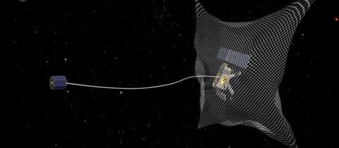 Satellit fängt mit Netz Weltraumschrott ein