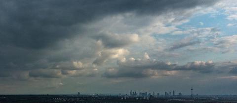 Dunkle Wolken über der Frankfurter Skyline.