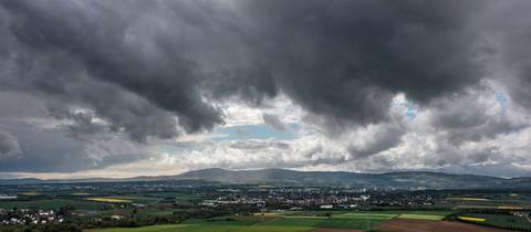 Gewitterwolken ziehen über den Feldberg und den Taunus hinweg
