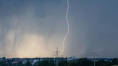 Ein Blitz durchzuckt am Dienstagabend den dunklen Gewitterhimmel bei Alsfeld.