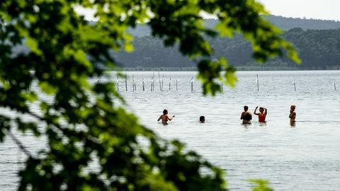 Badewetter: Menschen am See