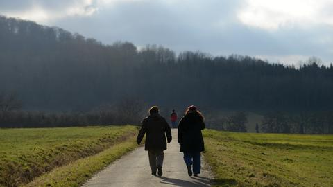 Spaziergängerinnen bei Ehlen in Nordhessen.