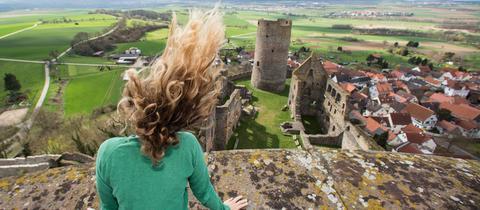 Die Haare einer Besucherin werden in Münzenberg (Hessen) auf einem der beiden Türme der Burganlage vom starken Wind zerzaust.