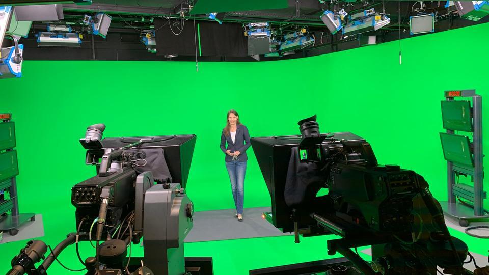 Silke Hansen im neuen Studio des ARD-Wetterkompetenzzentrums in Frankfurt - Silke Hansen steht vor einer sehr grünen Wand, umgeben von Scheinwerfern und Kameras.