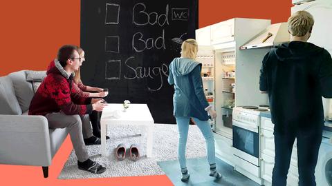 Collage aus Fotos von zwei Wohngemeinschaften - zwei sitzen auf der Couch, zwei stehen in der Küche - und Farbflächen.