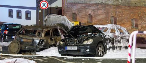 Die beiden Fahrzeuge brannten komplett aus.