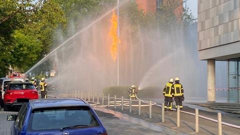 Die Feuerwehr brennt das Gas mithilfe einer Spezialfirma kontrolliert ab.
